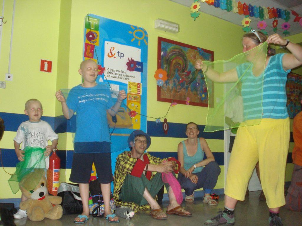 Jongleur Kiko optreden in het ziekenhuis in Lublin in polen met een internationale groep jongleurs van het Europees Jongleerfestival
