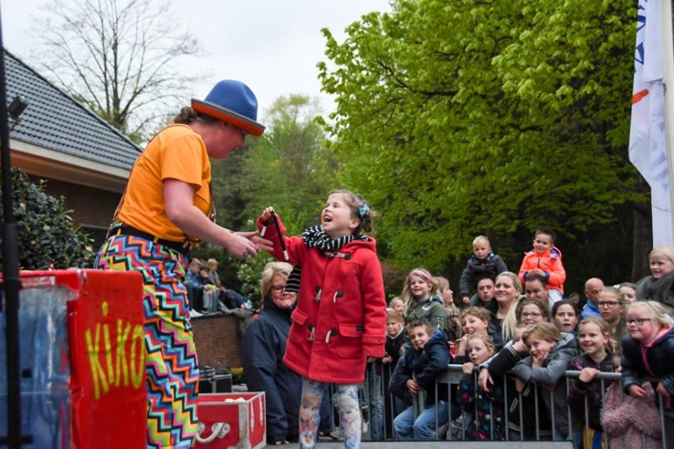 Clown Kiko krijgt hulp bij het goochelen - Kiko's Jongleer- en Goochelshow