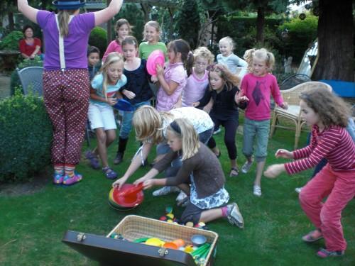 Clown Kiko op je kinderfeestje - workshop verlenging waarin de kinderen zelf de jongleer trucs ook mogen proberen