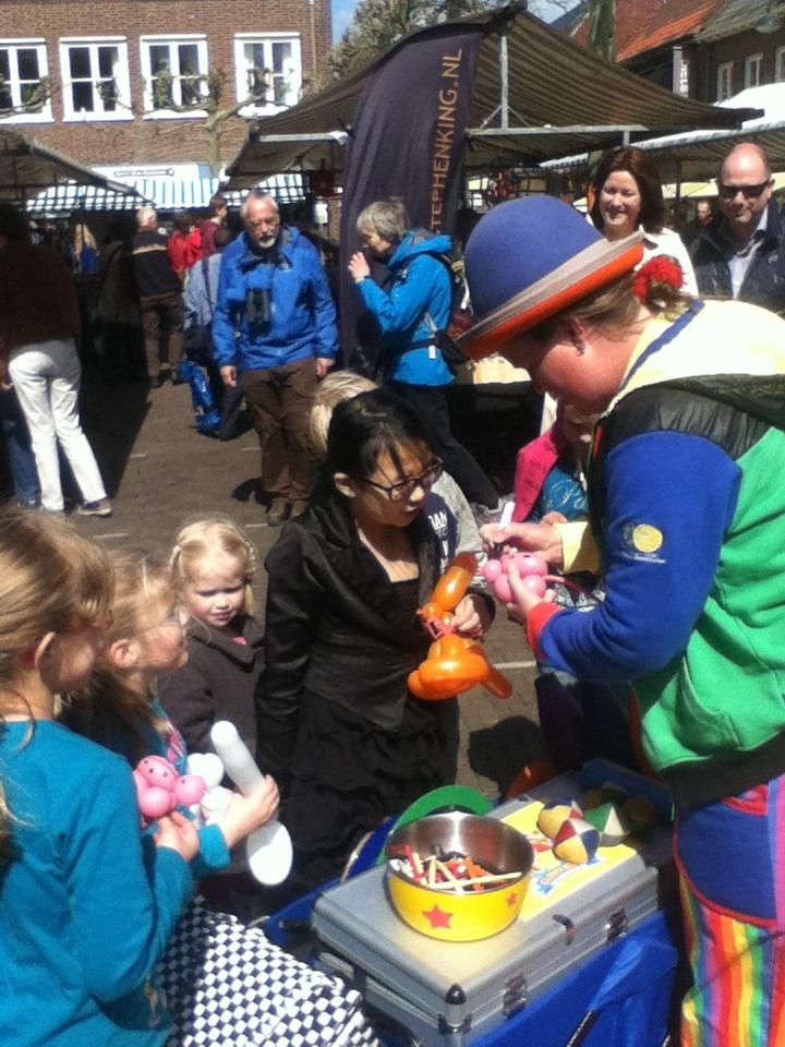 Clown Kiko op de boekenmarkt in Wageningen