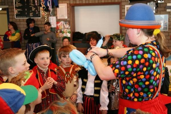 Clown Kiko - ballon figuren vouwen met carnaval in Doornenburg