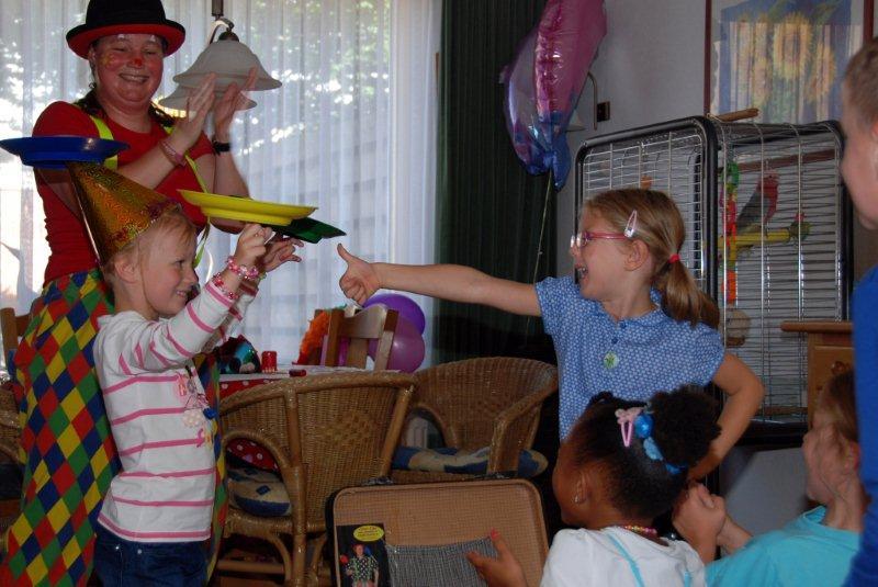Clown Kiko op het kinderfeestje van Anne. Want wat is er nou leuker dan een echte clown op je verjaardag?