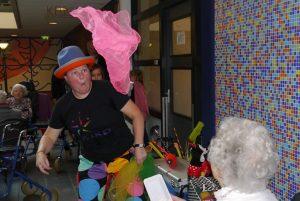 jongleur Kiko optreden op familiedag bij een Verpleeghuis en verzorgingshuis