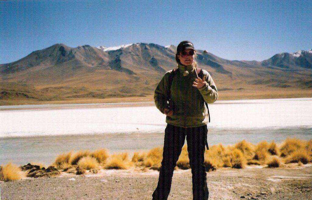 Jongleren met stenen op de altiplano tussen bolivia en Chili