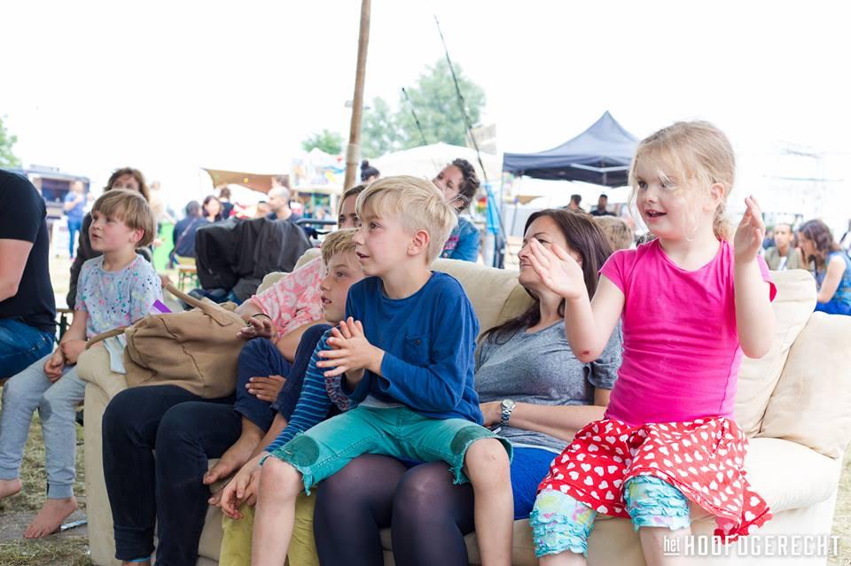 Publiek bij Kiko's Kindertheater - Familievoorstelling 'in de soep' - foodtruckfestival het Hoofdgerecht in Amsterdam