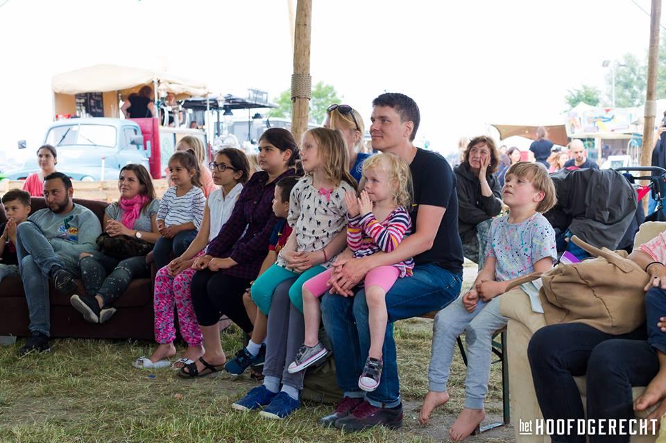 Publiek bij Kiko's Kindertheater - Familievoorstelling 'in de soep' - op foodtruck festival het Hoofdgerecht in Amsterdam