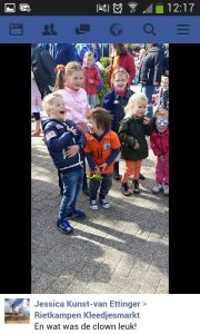 Facebook bericht van een moeder van 1 van de kinderen in het pbliek nav een straat-jongleer show van Clown & Jongleur Kiko op de kleedjesmarkt op koningsdag in Ede