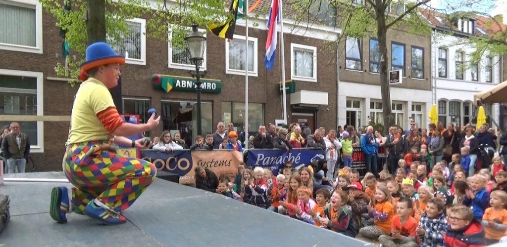 jongleer-straat-show kindervoorstelling - clown & jongleur Kiko jongleert met ballen  op koningsdag in Zevenbergen