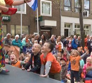 De straat-jongleer-show van Clown & Jongleur Kiko is zoals al haar optredens met veel interactie met de kinderen in het publiek