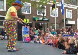 straat-jongleer-show kindershow optreden - clown & jongleur kiko met 2 diabolo's