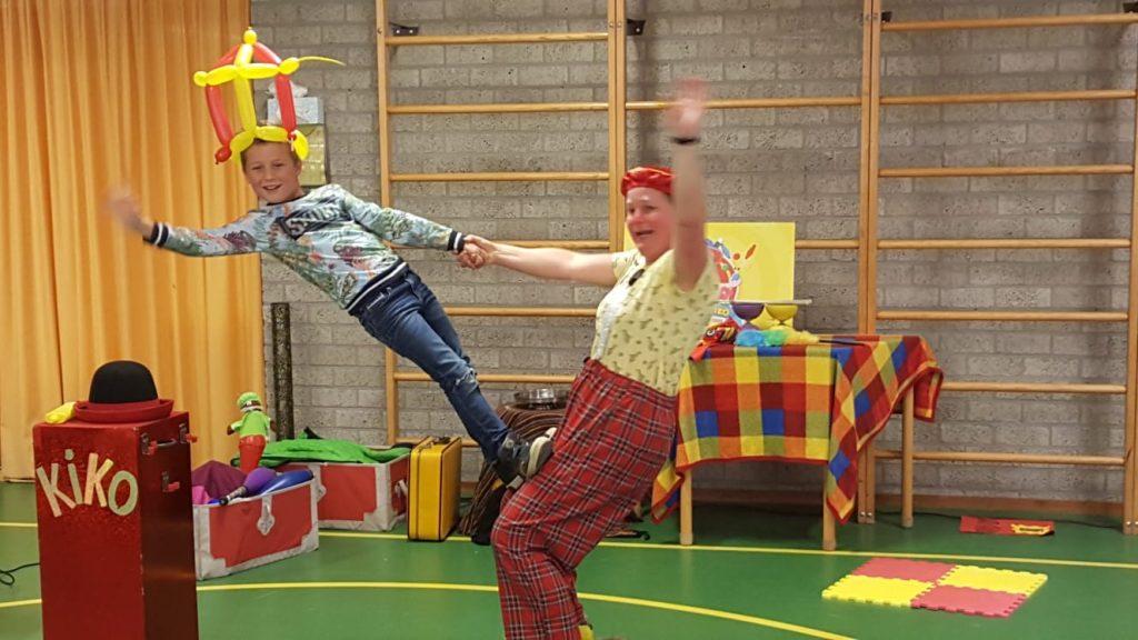 Clown kiko sinterklaas voorprogramma show voorstelling op basisschool in Bemmel
