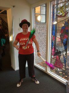 Jongleur Kiko jongleren bij het ontvangst met kerst