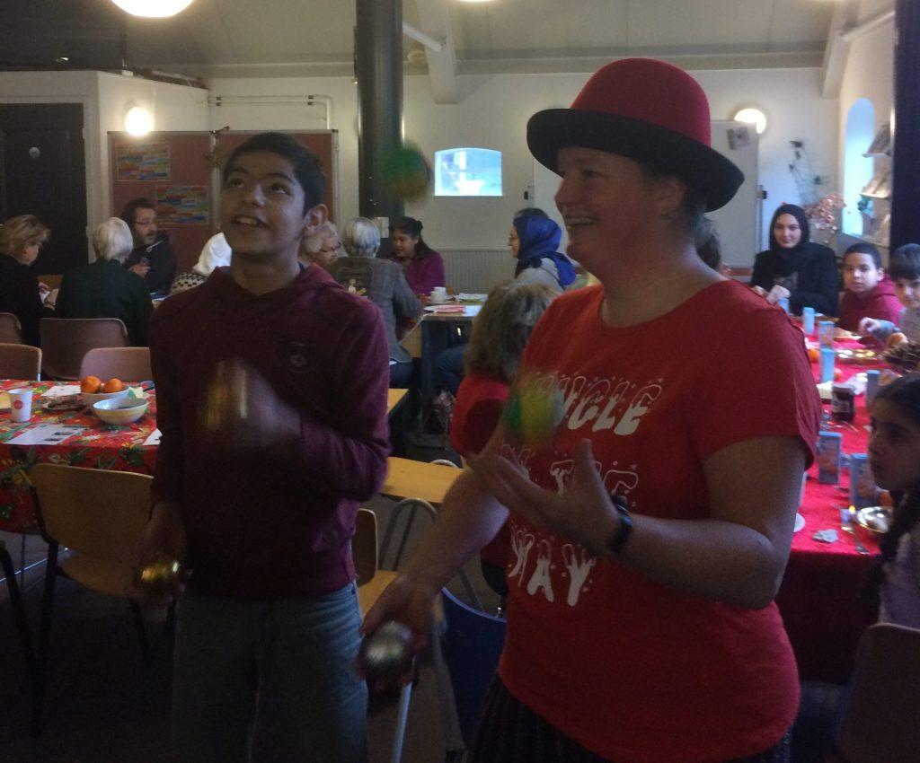 Jongleur Kiko van Circus kiko jongleert met de gasten aan tafel tijdens de kerstbrunch. Dat heet tafeljongleren