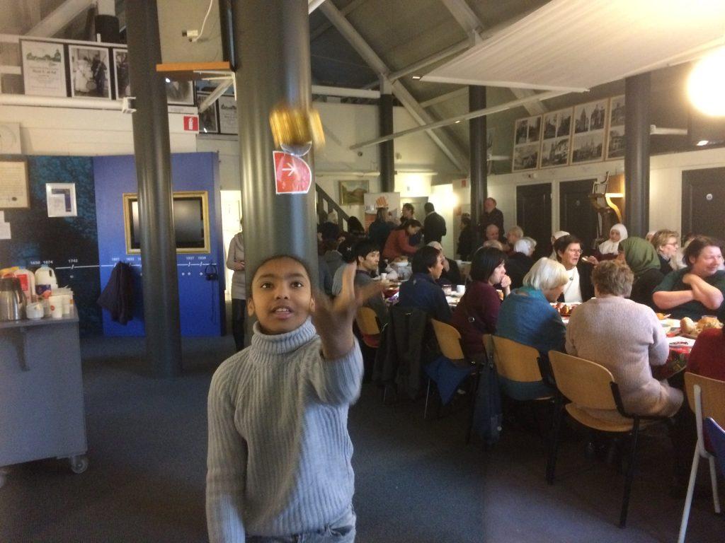 Tafeljongleren en entertainment voor de kinderen aan tafel door jongleur Kiko van Circus Kiko