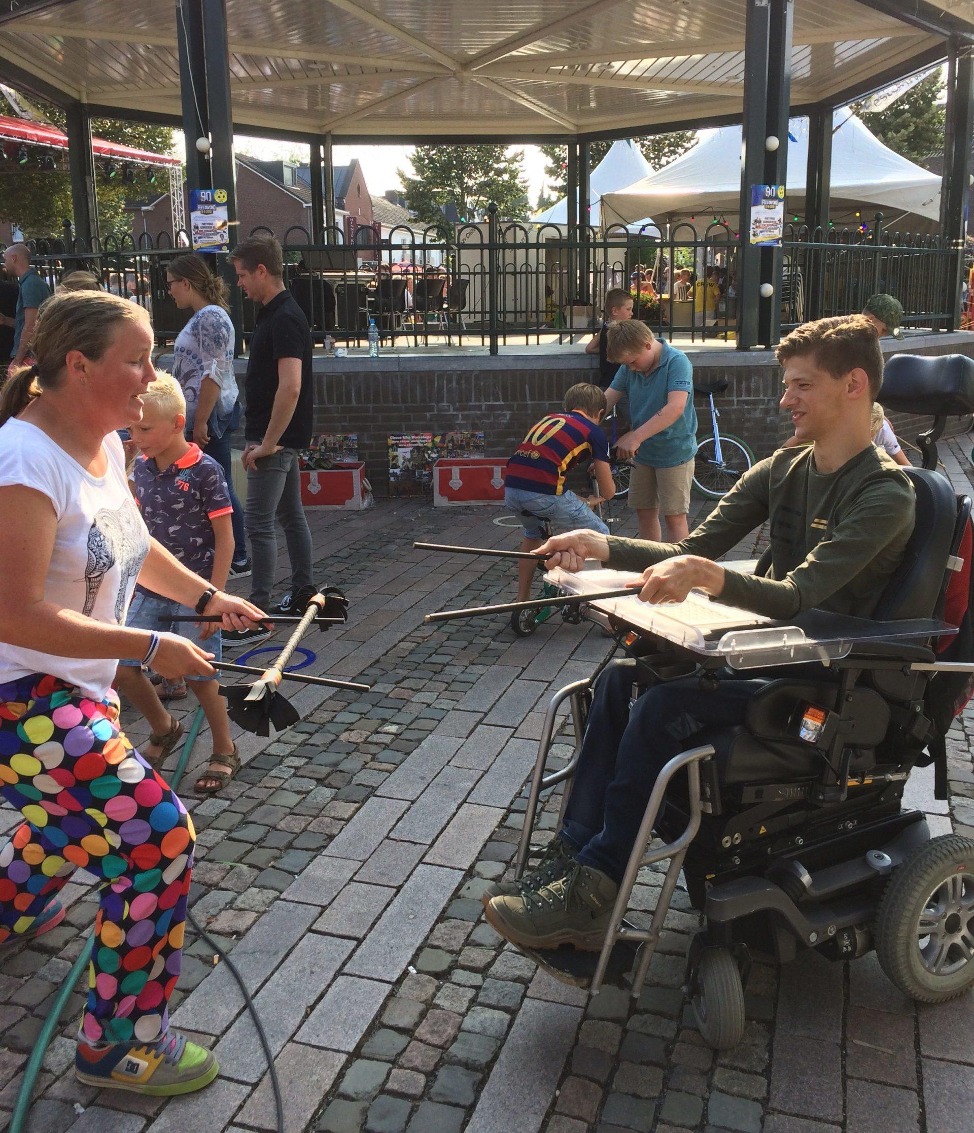 Circus Kiko Open Piste workshops bij het zomercarnaval in Bergeijki - flowersticks
