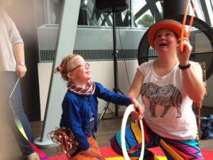 Circus Kiko - koningsdag Uden - jongleren met ringen