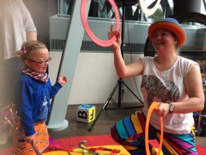 Circus Kiko - koningsdag Uden - ringen jongleren