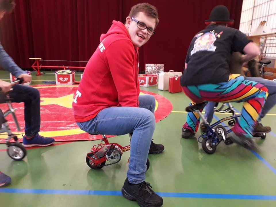 Circus Kiko -speciaal circus voor speciale mensen - workshop - op de mini fietsen