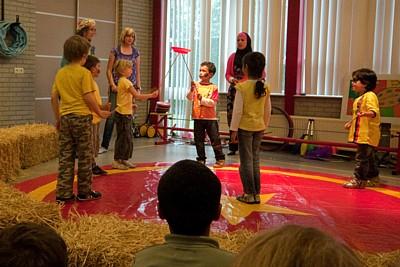 circus kiko - circusdag met eindshow door de kinderen - chinese bordjes act op een schooleenwieler act