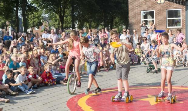 circus kiko - circusdag met eindshow door de kinderen - eenwieler act op school