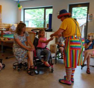Clown Kiko Speciaal Circus voor speciale kinderen - contact en verwondering