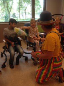 Clown Kiko Speciaal Circus voor speciale kinderen - plumeau