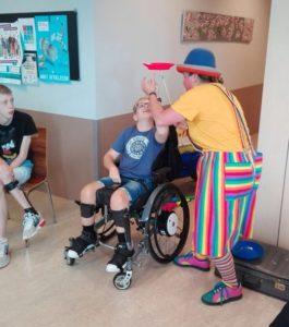 Clown Kiko Speciaal Circus voor speciale kinderen - clown Kiko krijgt hulp2