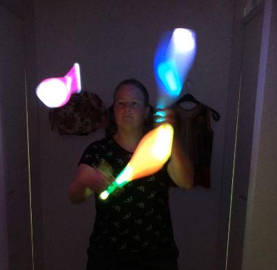 Jongleur Kiko jongleert met lichtgevende kegels