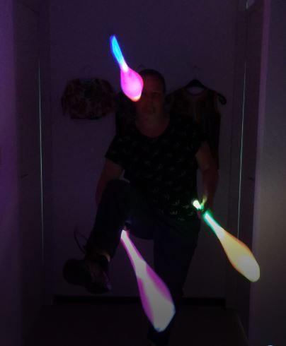Circus Kiko - Jongleur Kiko aan het jongleren met lichtgevende LED kegels