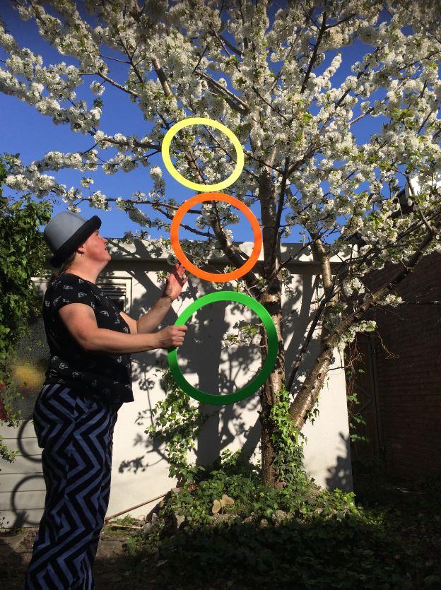 Jongleur kiko jongleren met ringen