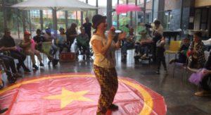 Cirucs  Kiko optreden met jongeren met autisme voor de mensen in een verpleegtehuis
