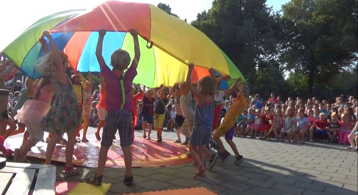 circus kiko - circusdag met eindshow door de kinderen - parachute act - circus op school