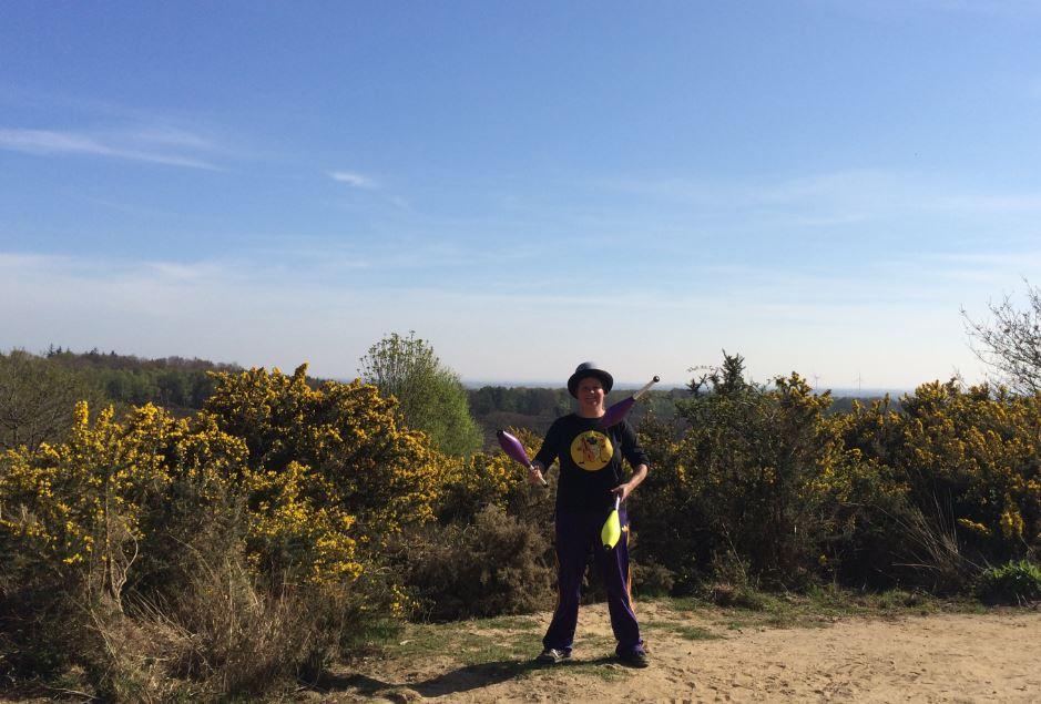 Jongleur kiko jongleren met kegels bij de Posbank