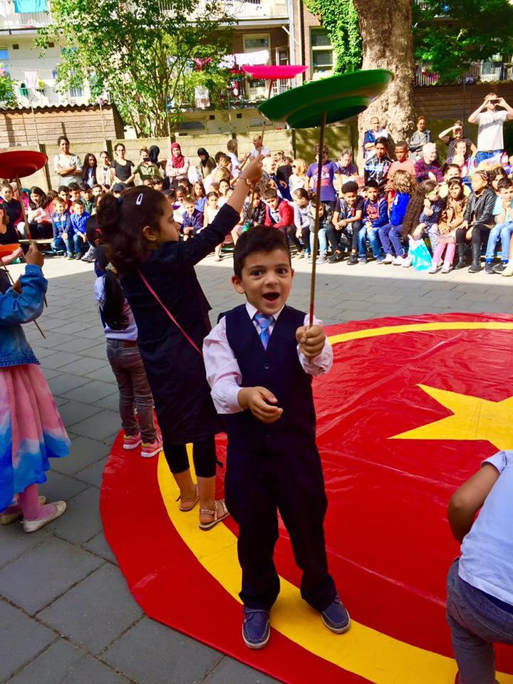circus kiko - circusdag met eindshow door de kinderen - bordjes draai act - circus op school