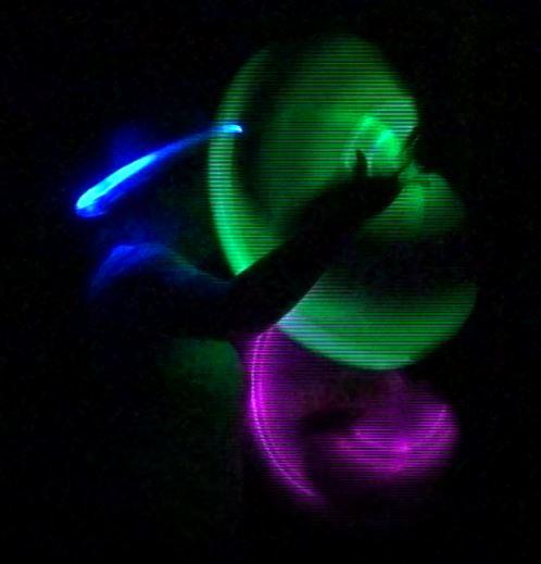 Circus Kiko - Jongleur Kiko jongleren met lichtgevende ringen