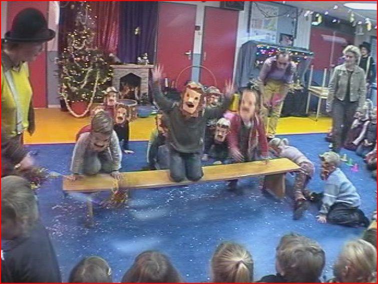 circus kiko - circusdag met eindshow door de kinderen - diabolo act - circus op school - leeuwenact kleuters