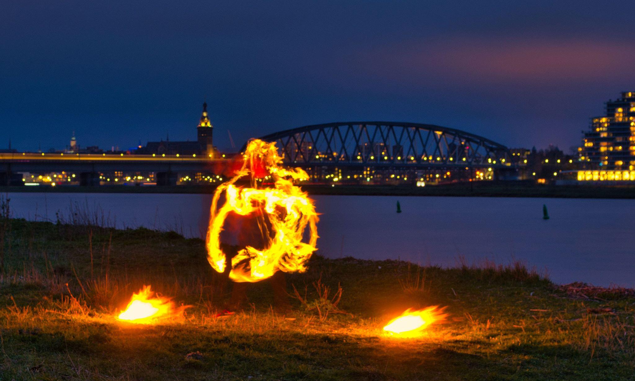 KIKO vuurshow - vuur-jongleren met fakkels aan de Waal in Nijmegen