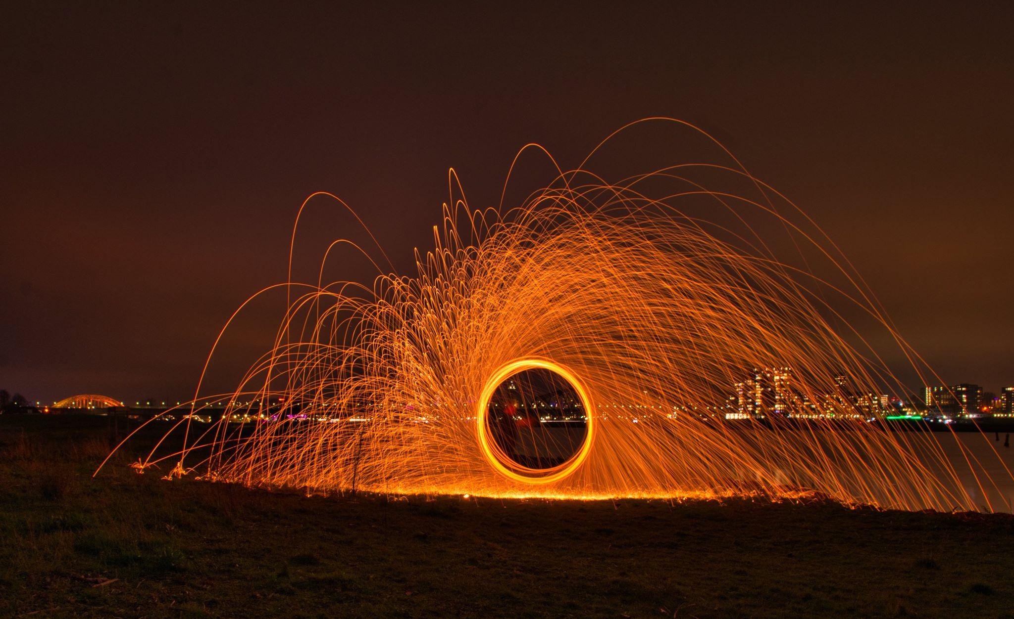 KIKO vuurshow - vuur jongleren spetters aan de Waal in Nijmegen met waalbrug
