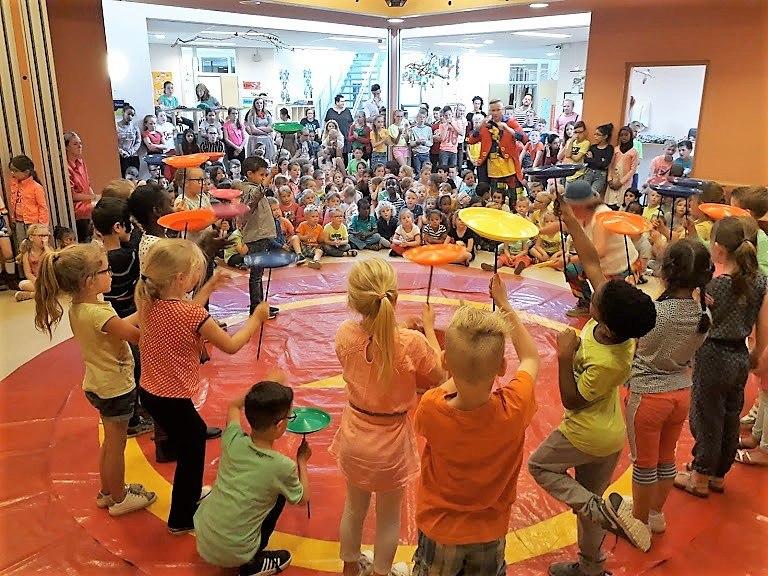 Circusdag van Circus Kiko Workshop met eindshow met een act chinese bordjes draaien door de kinderen op een basisschoo