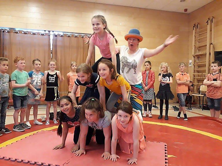 Circusdag van Circus Kiko Workshop met eindshow door de kinderen met een acrobatiek act op een basisschoo