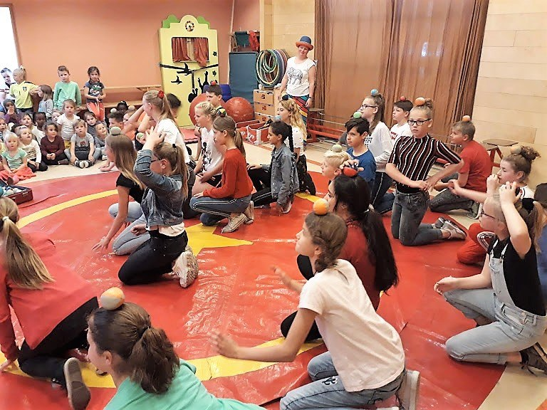 Circusdag van Circus Kiko Workshop met eindshow door de kinderen op een basisschool - eindact groep 8
