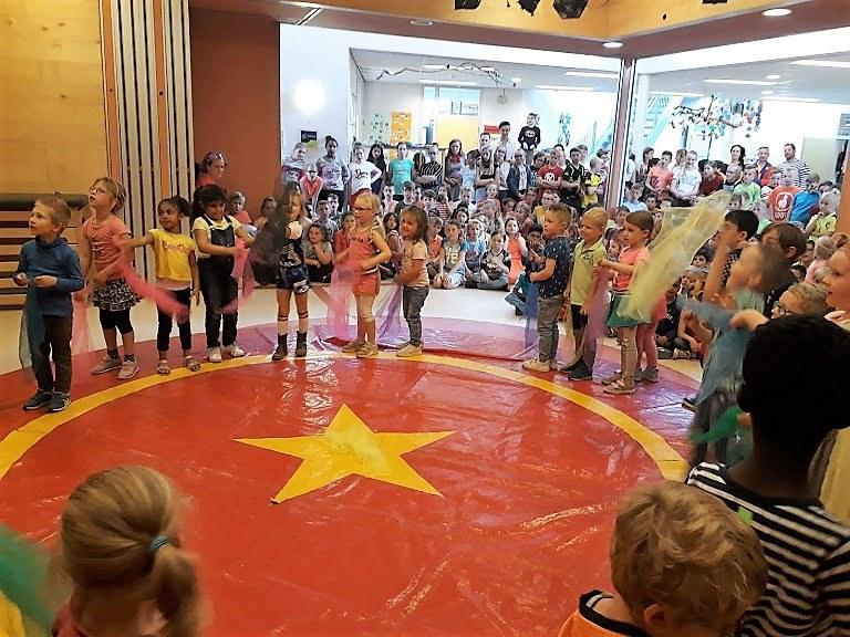 Circusdag van Circus Kiko Workshop met eindshow met een act met sjaaltjes jongleren door de kinderen op een basisschoo