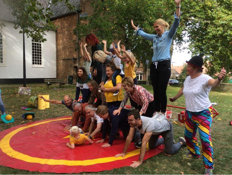 Circus Kiko Workshops - acroabtiek piramide act in de eindshow door de deelnemers